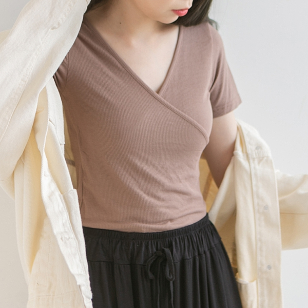 MUMU【T03048】胸前交叉坑條短袖上衣。三色