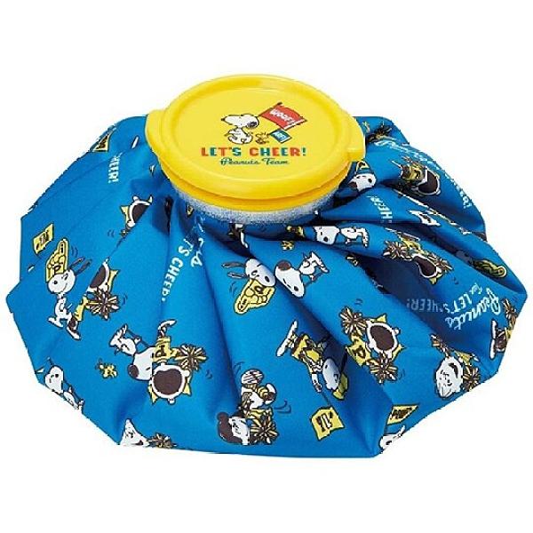 小禮堂 史努比 圓筒型尼龍冰敷袋 冰枕 退熱袋 (藍黃 旗子) 4973307-49334