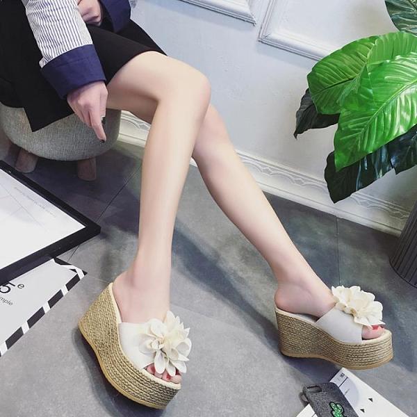 厚底拖鞋 花朵拖鞋女外穿2020夏季新款百搭高跟一字拖防水台厚底坡跟鬆糕鞋