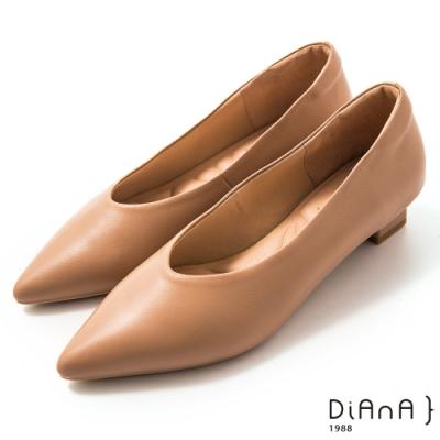 DIANA 3 cm軟羊皮尖頭素色方跟鞋-質感氛圍-奶茶棕