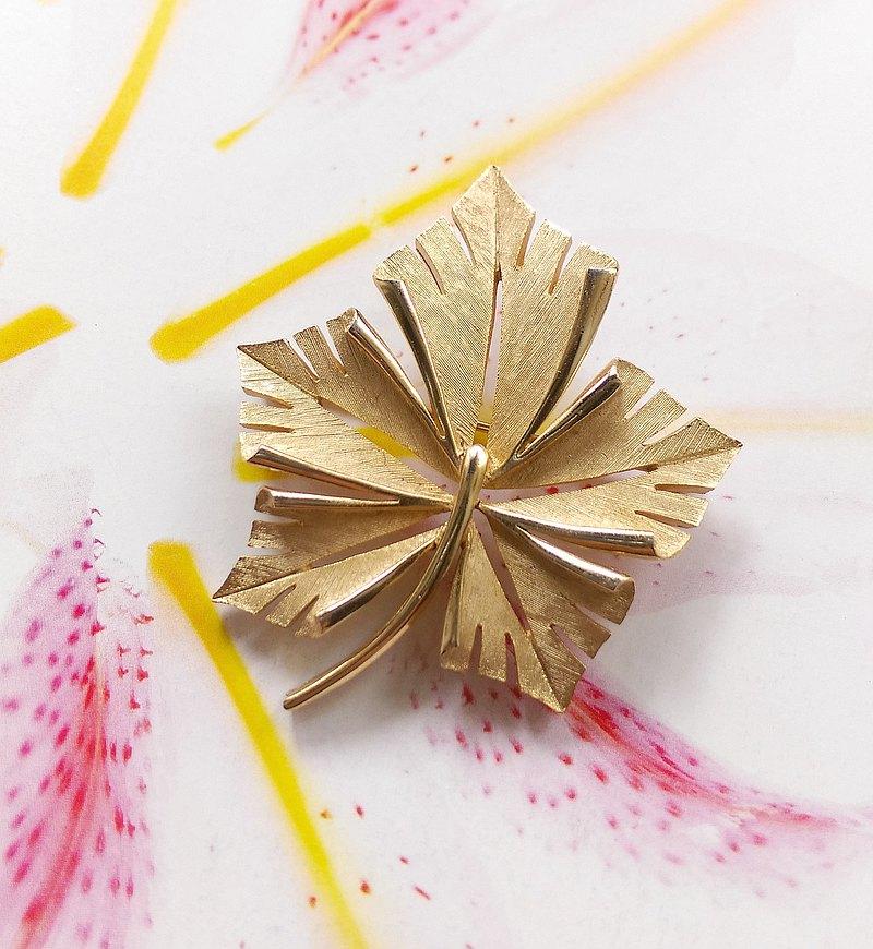 西洋古董飾品。TRIFARI  刷金 花卉 金屬 別針