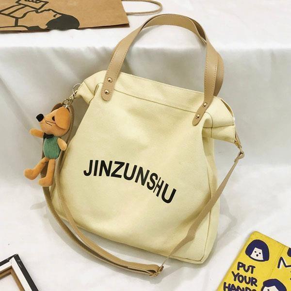 【帆布包】純棉 JINZUNSHU 側背包 肩背包 斜跨包+皮革背帶/拉鍊/米黃(不含玩偶)