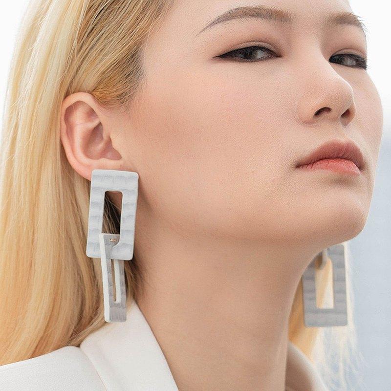 消失的樓宇系列環扣波紋皮革耳釘 圓臉顯瘦耳飾