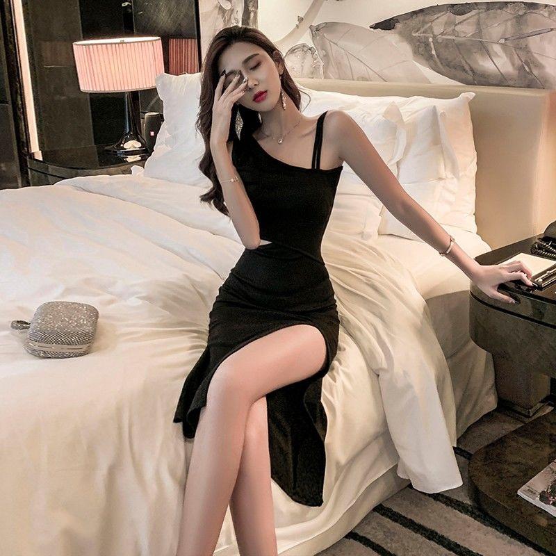 女生洋裝 露肩洋裝 性感洋裝 韓妞必備心機小黑裙短裙小可愛夏季新款單肩露腰性感顯瘦小黑裙禮服女