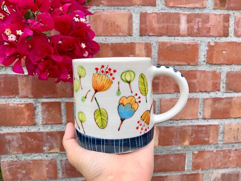 手拉坯釉下彩繪 花草鍋牛系列馬克杯。 360c.c