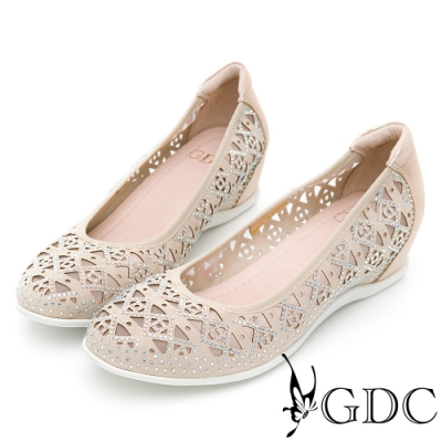 GDC-真皮精緻菱格簍空圖騰楔型鞋-金色