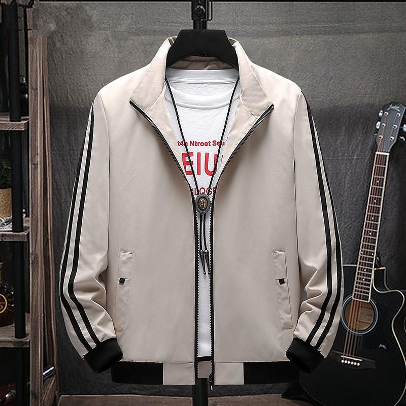 【M-4XL】秋季經典三條槓條紋防風外套 韓版時尚寬鬆立領夾克 學院風休閒舒適大尺碼薄外套 百搭工裝夾克 上衣 男生衣著