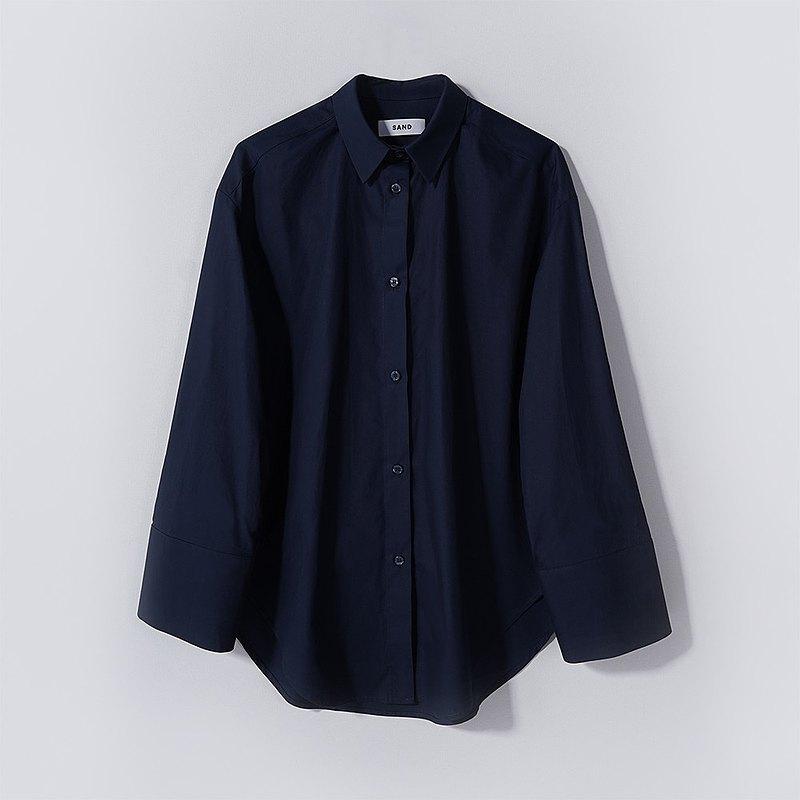 海軍藍過大的襯衫