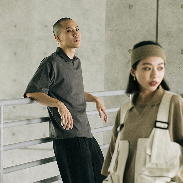 Queen Shop【01038722】設計襯衫領五分袖寬版素面上衣 兩色售 1/2*現+預*