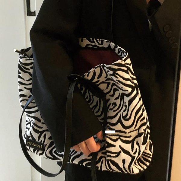 99免運 斑馬紋包包女2021新款潮網紅托特包帆布包大學生上課包大容量包【寶貝計畫】