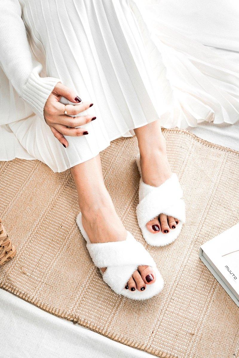 白色皮涼鞋