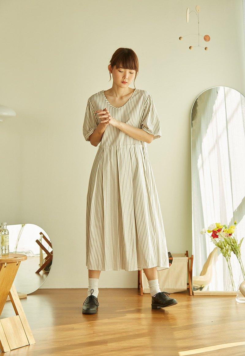 多面板箱形褶皺連衣裙-條紋白色和灰色