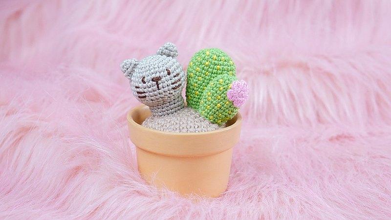 仙人掌貓娃娃在陶瓷鍋上鉤編工作送禮物