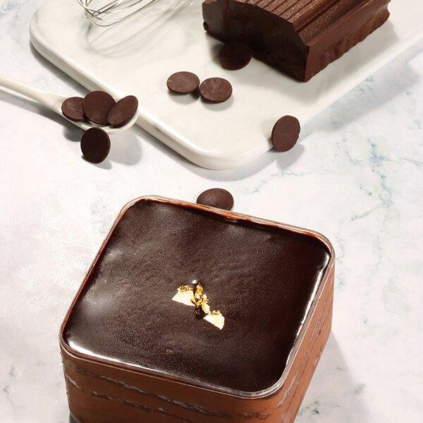 古典巧克力 4吋(48045克/盒)【雷昂法式烘焙工坊】●以高%數的巧克力為基底 ●味道可說是香純濃厚 ●底部的牛奶巧克力脆餅+貝里斯香甜酒奶醬 ●增加了不同的口感,是蛋糕的一大亮點