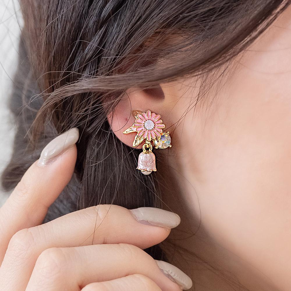 粉嫩琺瑯雛菊鈴蘭鈦針耳環(2色)-A20070
