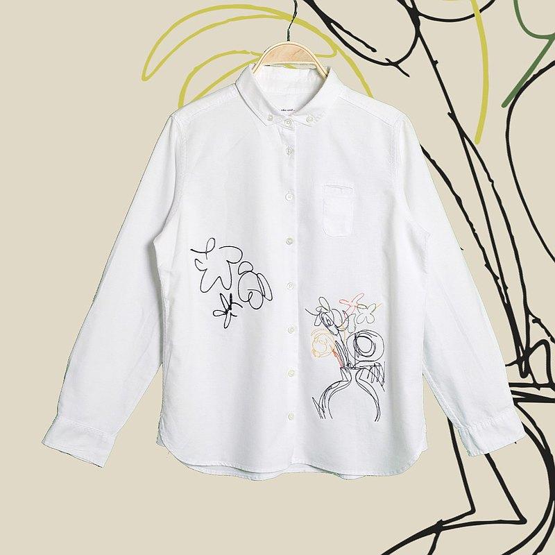 帶有花卉刺繡的白襯衫。