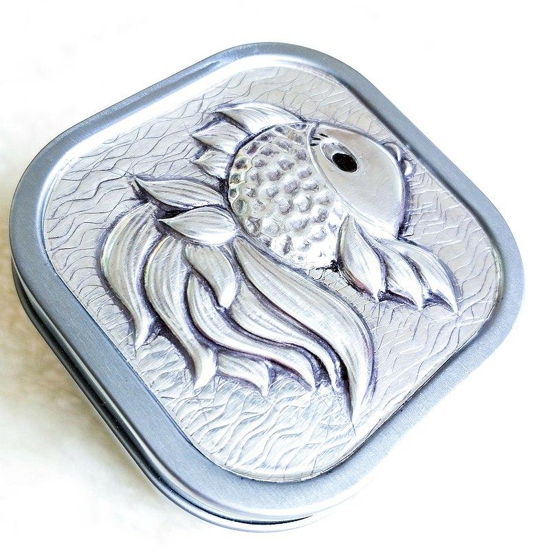 金屬押花入門課 年年有魚 方形鐵盒