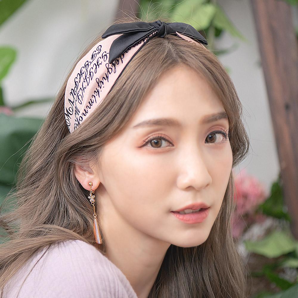 藕粉絨布標語寬版蝶結髮箍-H10038