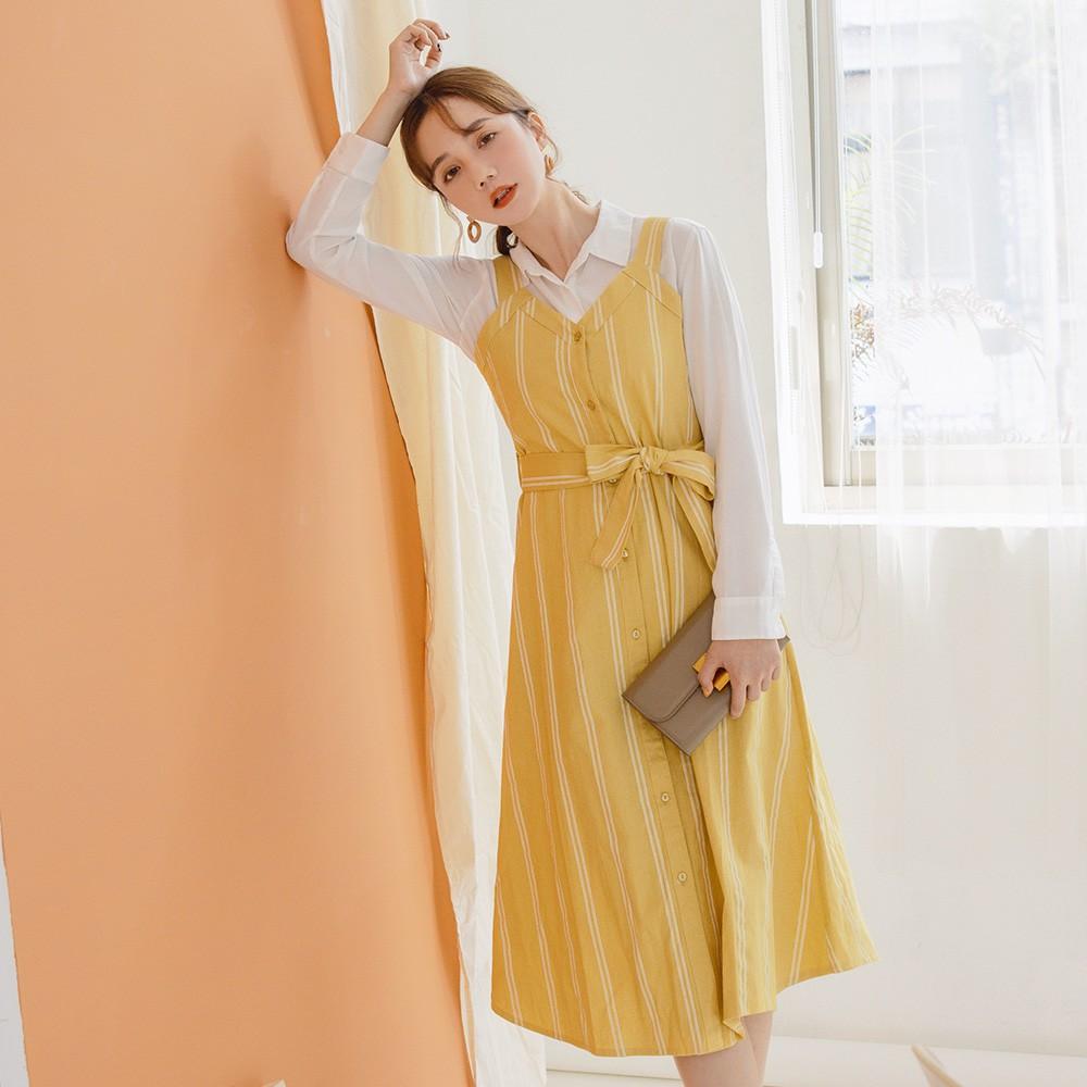 OB嚴選-高含棉V領排釦條紋吊帶裙(附綁帶)--適 S~L 《AB13557-》