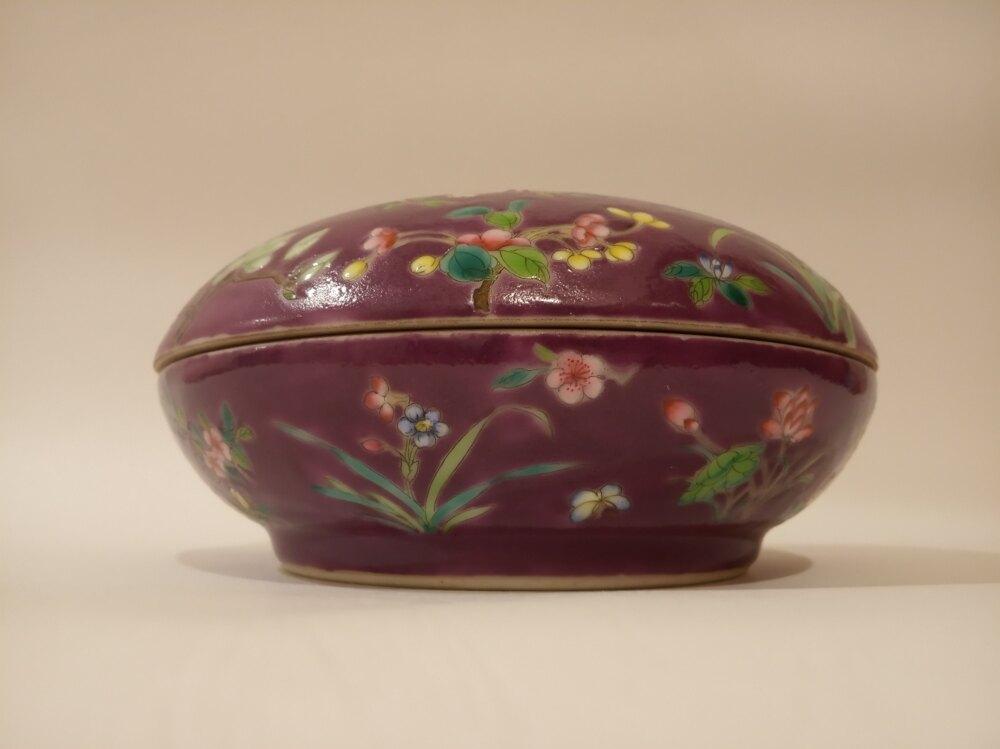 粉彩瓷紫地粉彩花蝶紋蓋盒 清道光