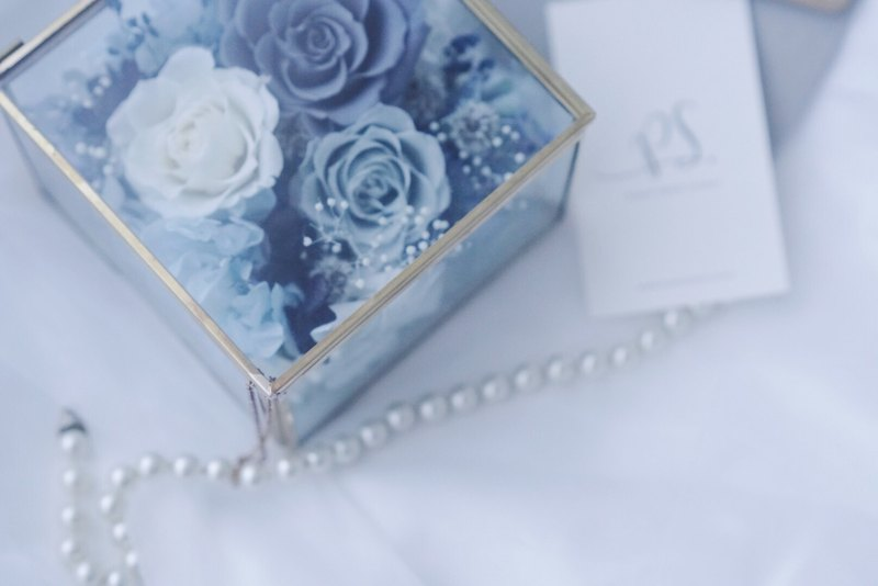 生日精選-粉藍灰色系玫瑰/永生玫瑰銅框玻璃花房戒盒戒枕