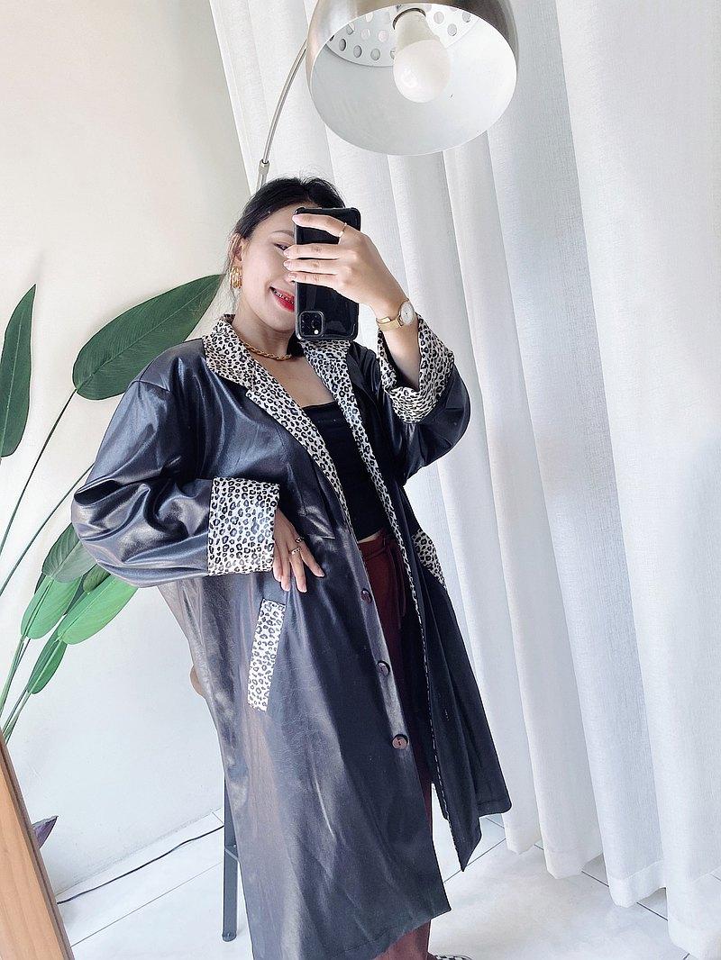 dustcoat • 純黑V領豹紋壓紋帥氣亮面光澤 薄質風衣外套'vintage