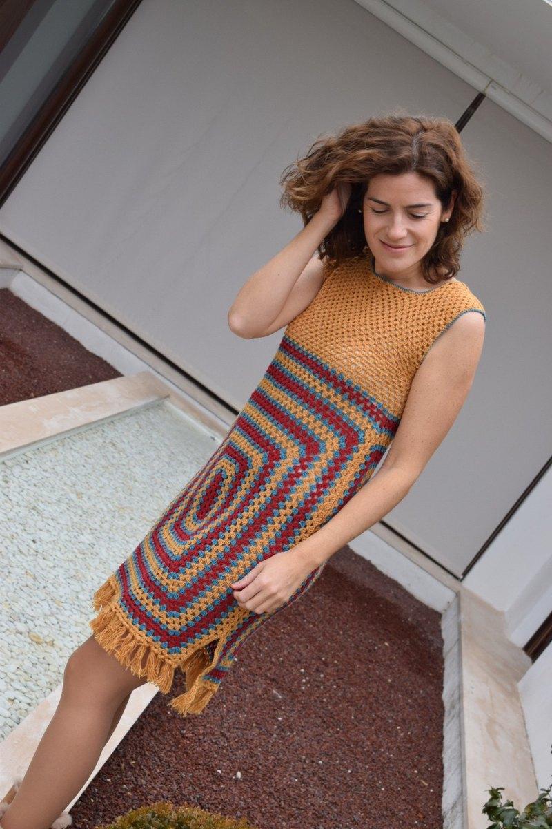 手工連衣裙。有趣和多彩的鉤針編織連衣裙的複古風格