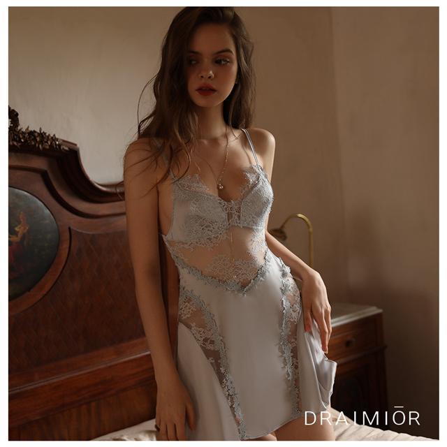 久慕雅黛 DRAIMIOR法式甜蜜開叉絲滑吊帶睡裙。優雅淡藍