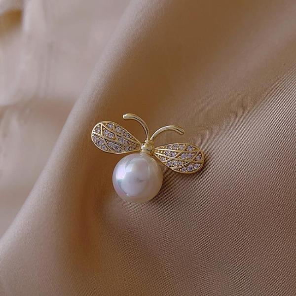 胸針 精致珍珠蜜蜂徽章胸針高檔女氣質配飾潮個性領口裝飾衣服別針【快速出貨八折下殺】