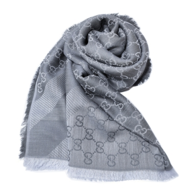 GUCCI 經典GG緹花線條羊毛混絲斜紋雙色流蘇披巾/圍巾(淺灰色)