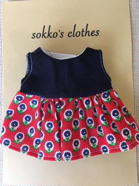 sokko的連衣裙海軍藍色棉織物和一件帶有紅色背景上的深藍色花卉圖案的連衣裙
