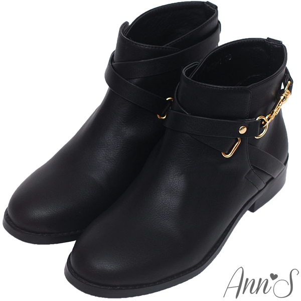 Ann'S美型金色勾釦層次繞帶素面低跟短靴-黑
