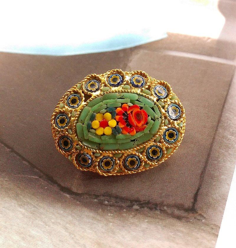 西洋古董飾品。ITALY  微型馬賽克 橢圓 綠底 雙朵花卉 別針