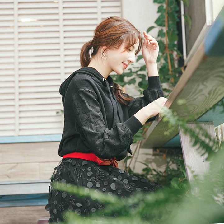 袖蕾絲花朵拼接連帽針織上衣-黑色