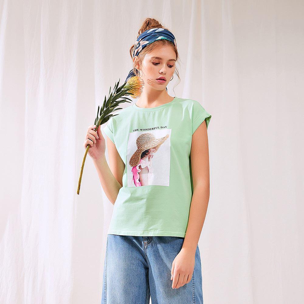 OUWEY歐薇 渡假女孩字母膠印純棉上衣(綠/黃)J32116