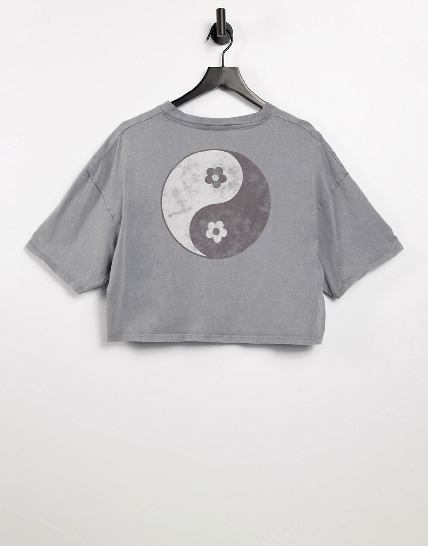 Cotton: On cropped graphic tee in grey