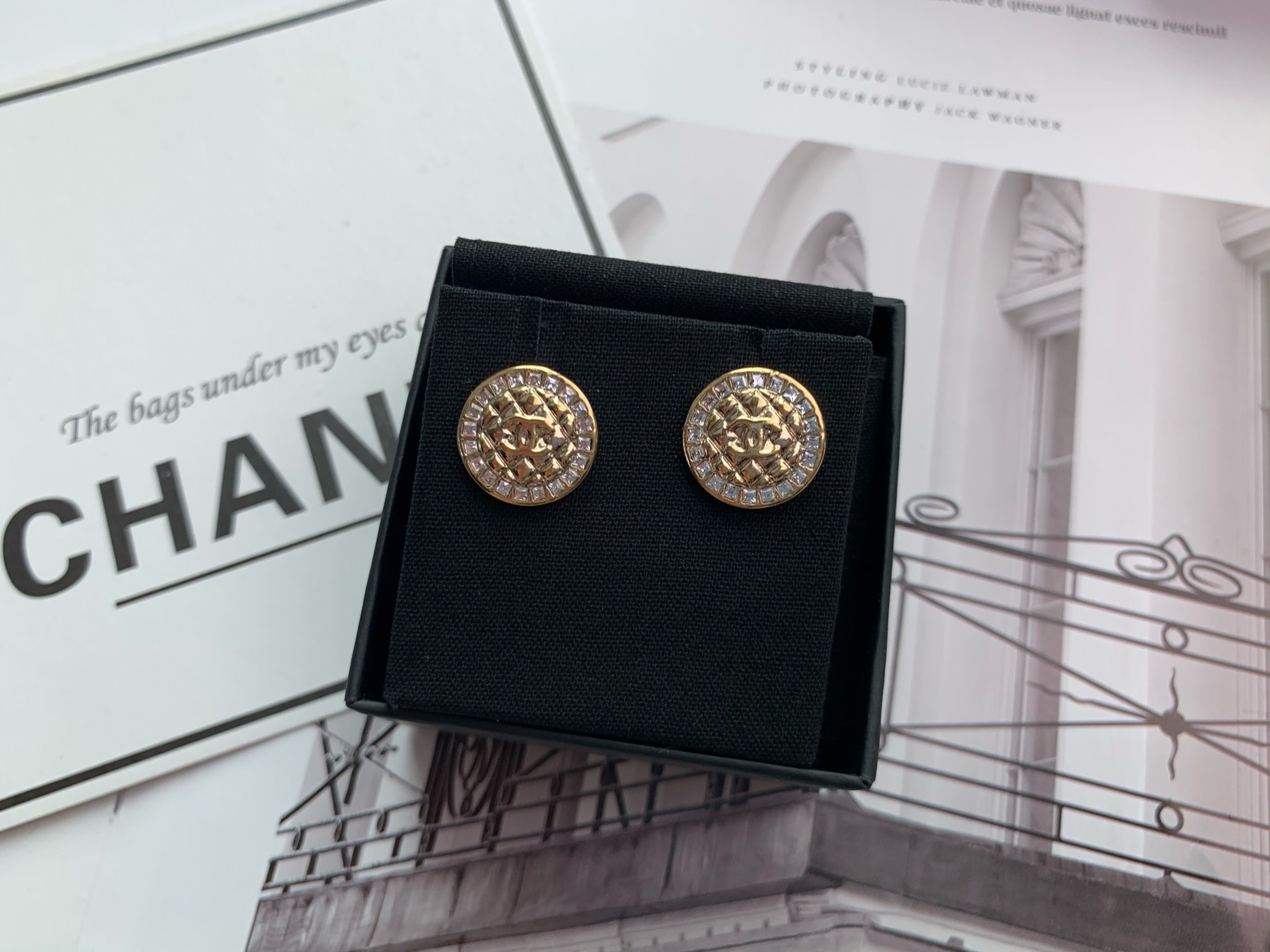 【CHANEL 】 金色水鑽菱格紋雙C圓型針式耳環