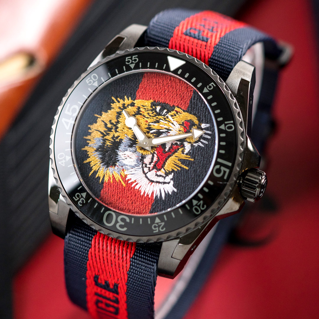 【領券再折2%+滿額贈】GUCCI Dive 猛虎至尊刺繡尼龍腕錶/藍紅x黑框 YA136215 熱賣中!