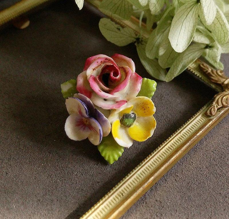 日本製  立體玫瑰 三色堇 瓷花別針。西洋古董飾品