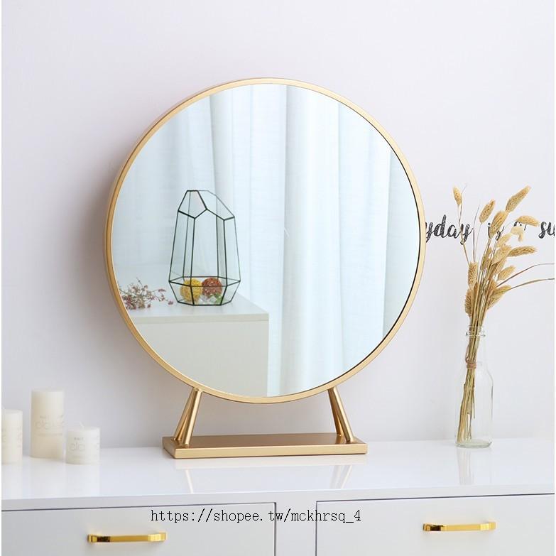 【北歐家居館】鏡子 化妝鏡 梳妝鏡 圓鏡 北歐化妝鏡 鐵藝 金色圓形 裝飾鏡 臺式 公主鏡 影樓 桌面梳妝鏡 壁掛鏡