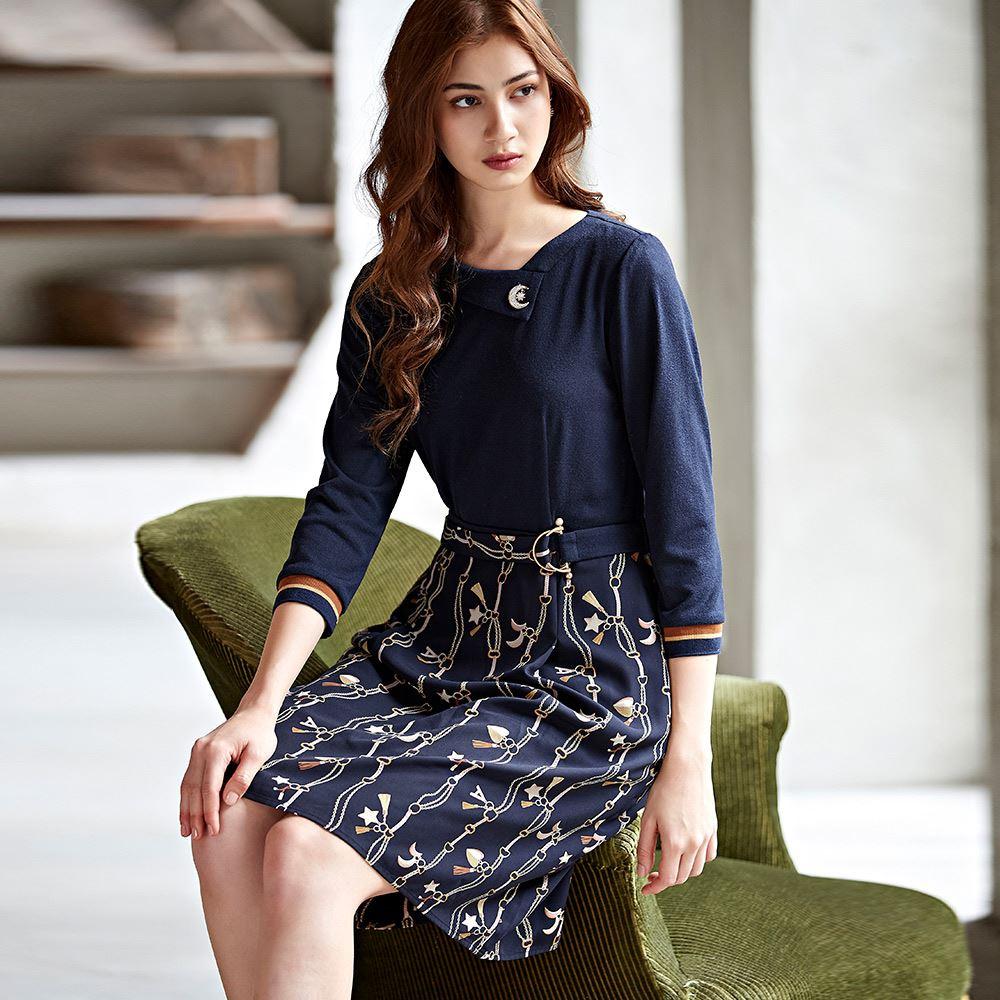 ILEY伊蕾 造型領鎖鏈印花修身洋裝(藍)057752