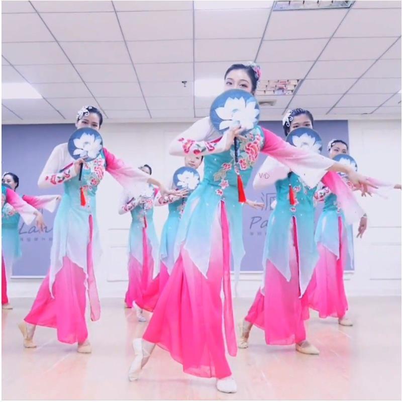 古典舞演出服女飄逸傘舞江南團扇表演扇子舞蹈服裝新款秧歌服套裝