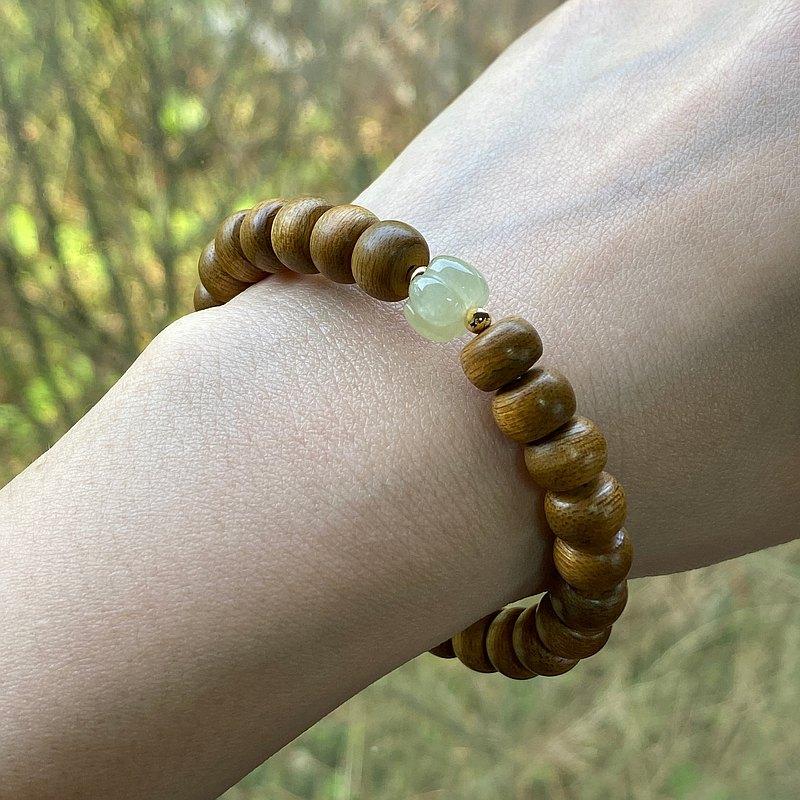 Emerald gift。拈翠-加里曼丹沉香老型珠*翡翠設計手串