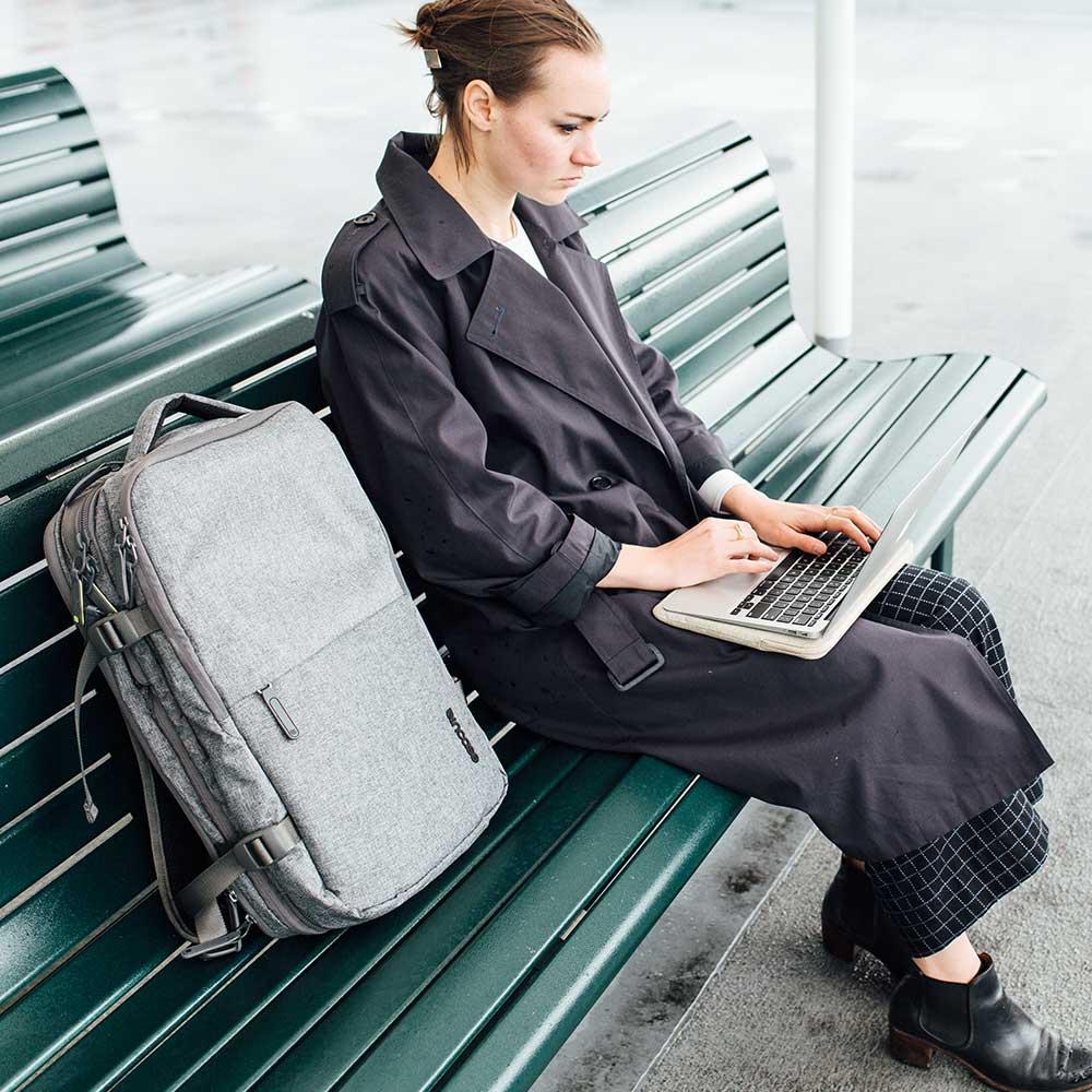 Incase EO Travel 17 吋旅行電腦後背包 - 灰色