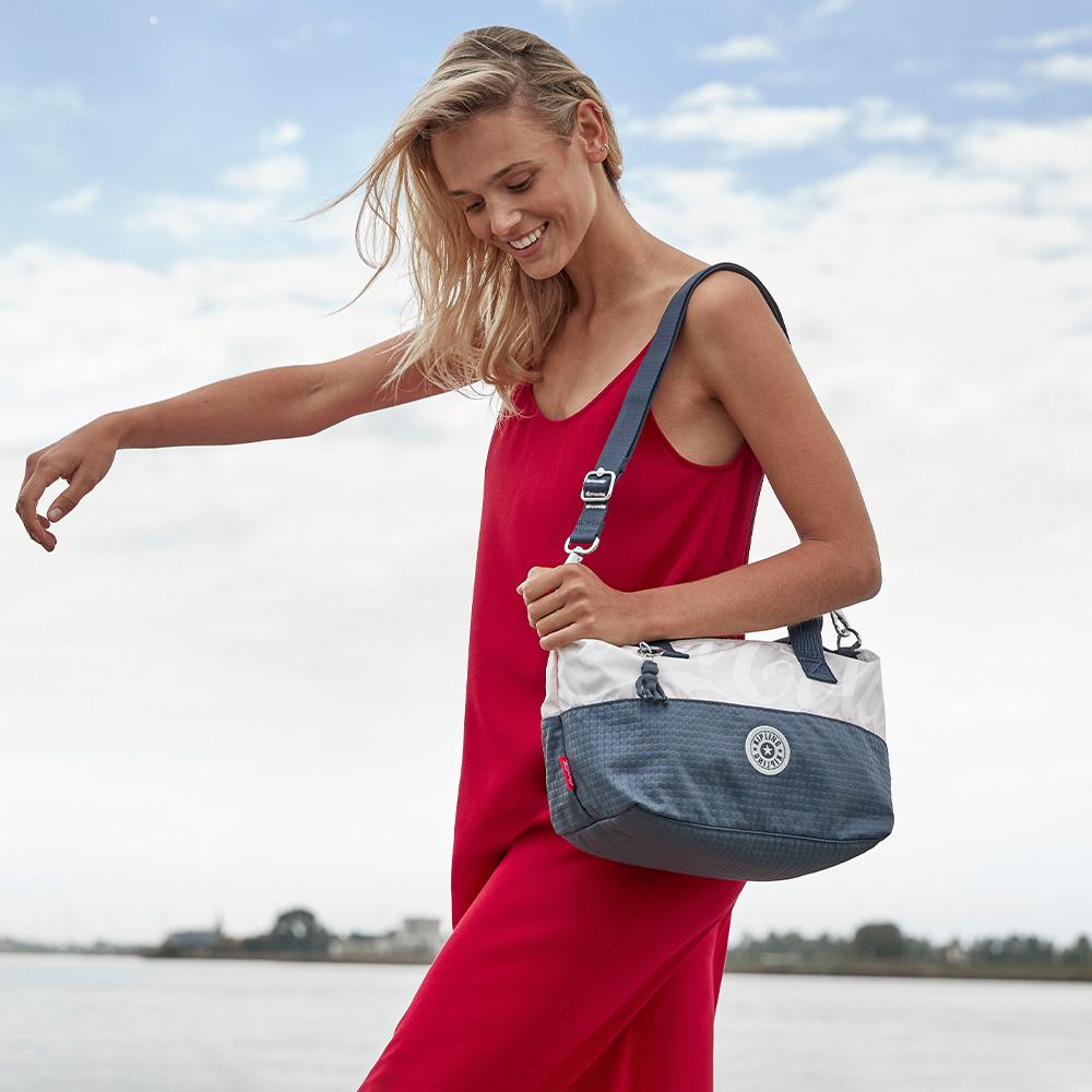 Kipling   Coca-Cola 聯名款城市質感藍灰色手提側背包-ART MINI