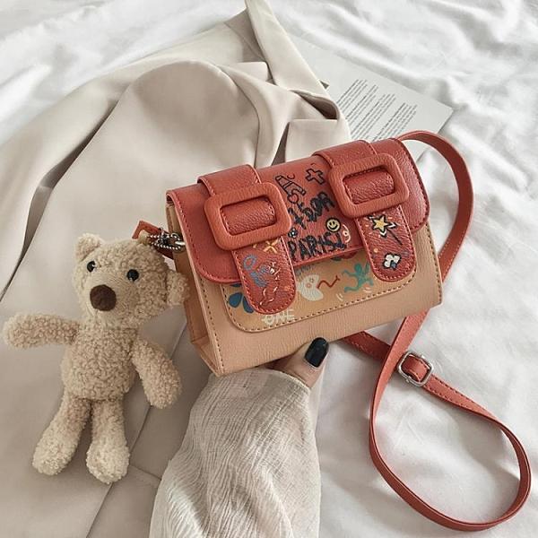 流行涂鴉小包包2020新款潮可愛小熊單肩斜挎包女手機包網紅劍橋包