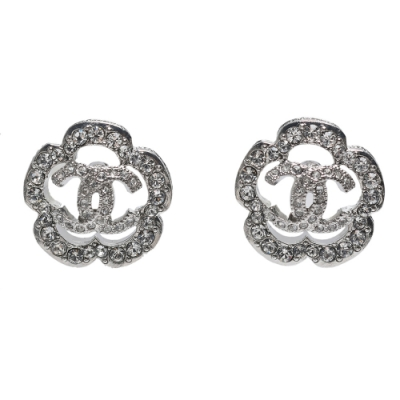 CHANEL 經典雙C LOGO水鑽鑲飾簍空花朵造型穿式耳環(銀)