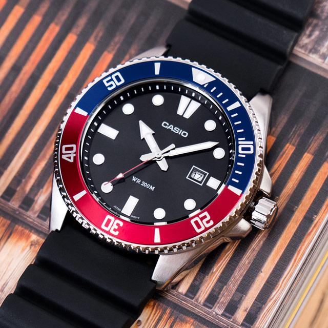 【CASIO 卡西歐】運動悍將橡膠水鬼潛水錶/黑x藍紅框(MDV-107-1A3VDF)
