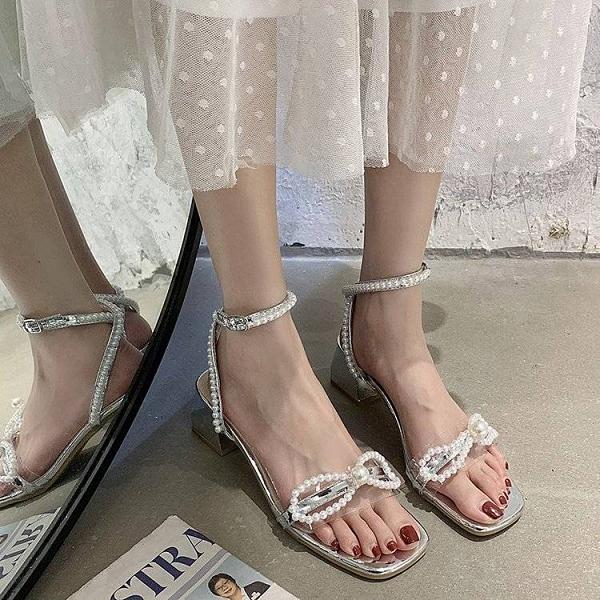2021新款仙女風蝴蝶結珍珠涼鞋女夏方頭鏡面露趾一字帶粗跟中跟鞋