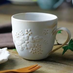 【有種創意】日本益子燒 - 花園燻雕紋馬克杯 - 粉引白